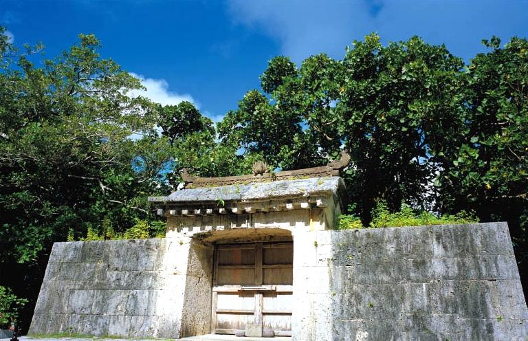 园比屋武御岳(圣地)石门