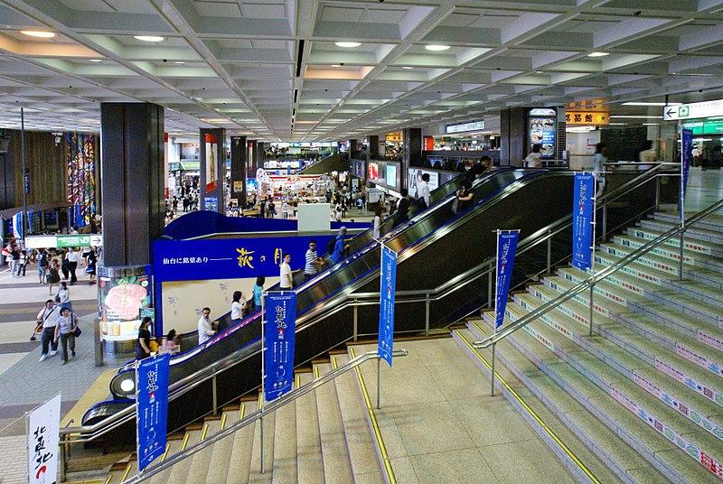 仙台车站内部2楼中央大厅通往3楼楼梯