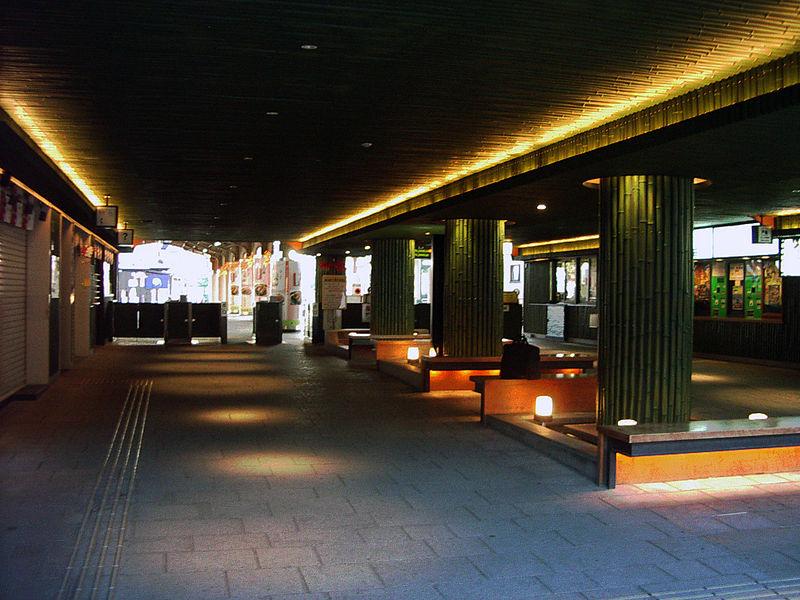 岚山站内的商业区