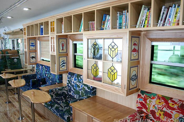 指宿之玉手箱号列车中间的书架与沙发座椅