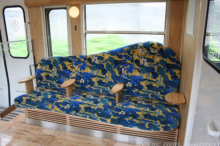 指宿之玉手箱号列车儿童座椅后面的沙发座椅