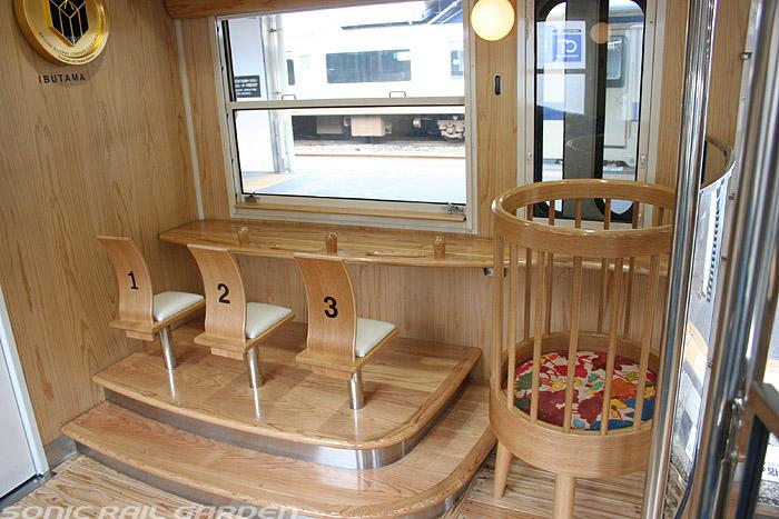 指宿之玉手箱号列车末端的儿童座椅与婴儿床