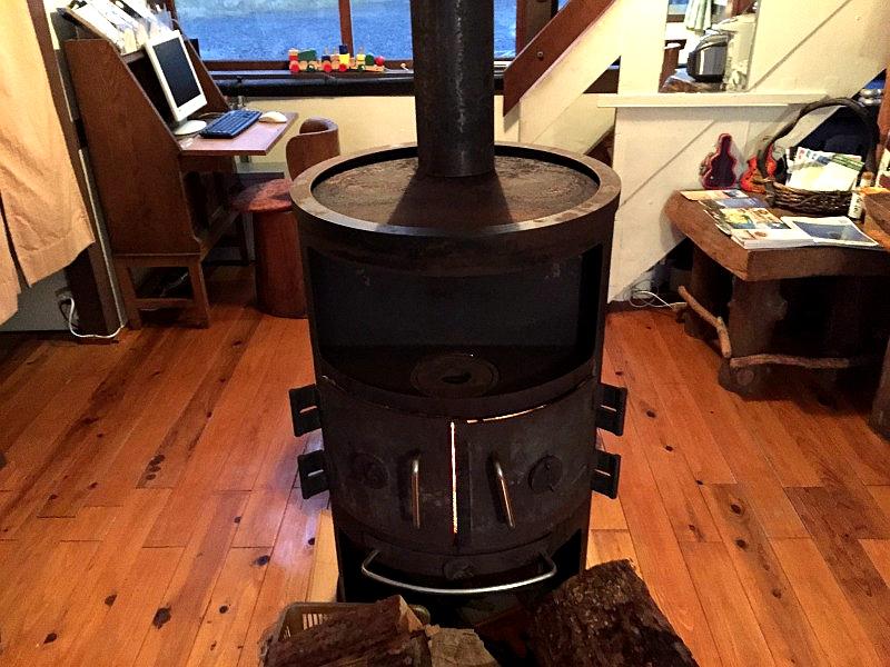 比罗夫站民宿一楼客厅的炉子