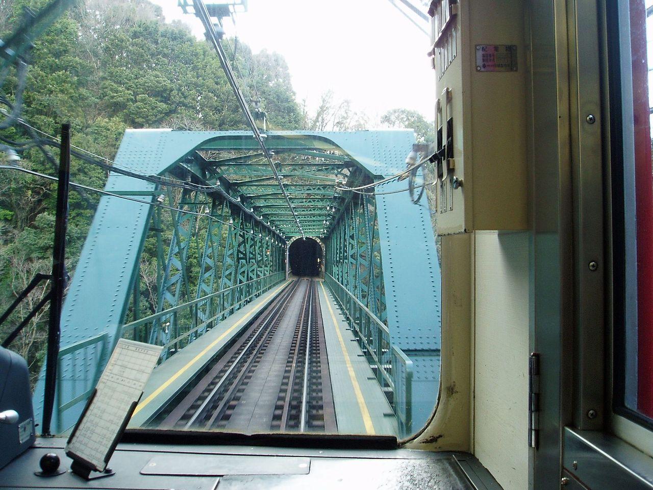 从飞驰的列车上看早川桥