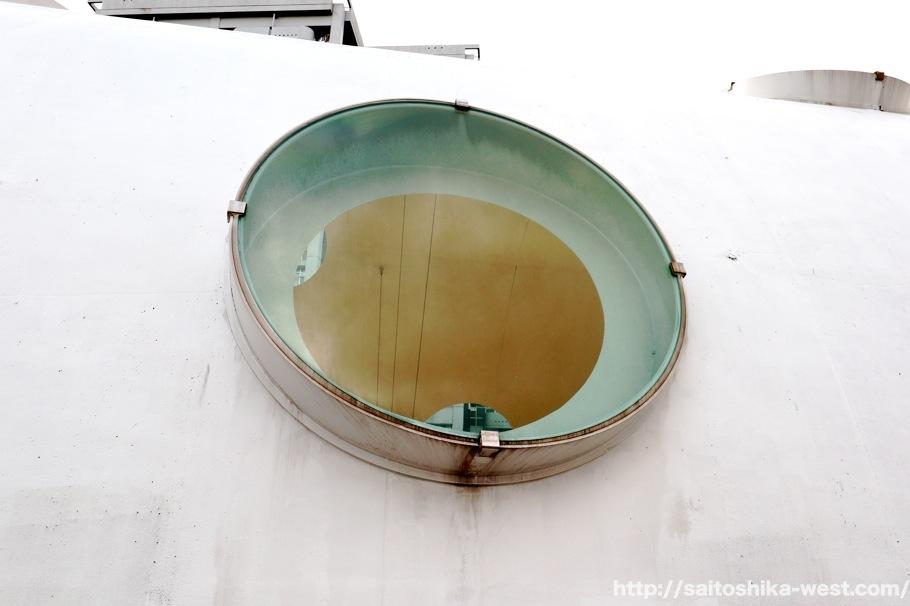 新白岛站外部的圆形透光玻璃特写