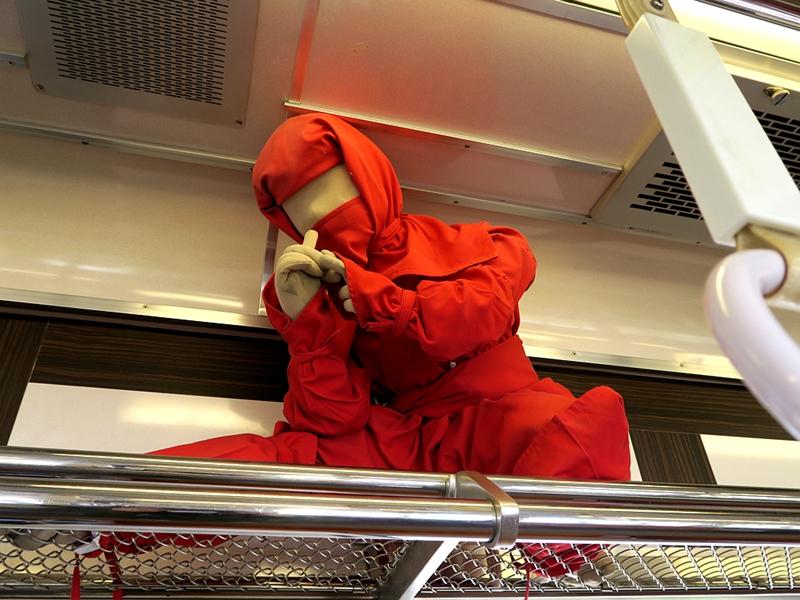车顶置物架上的红色忍者布偶