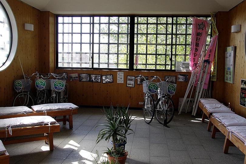 油日站候车室与自行车租赁