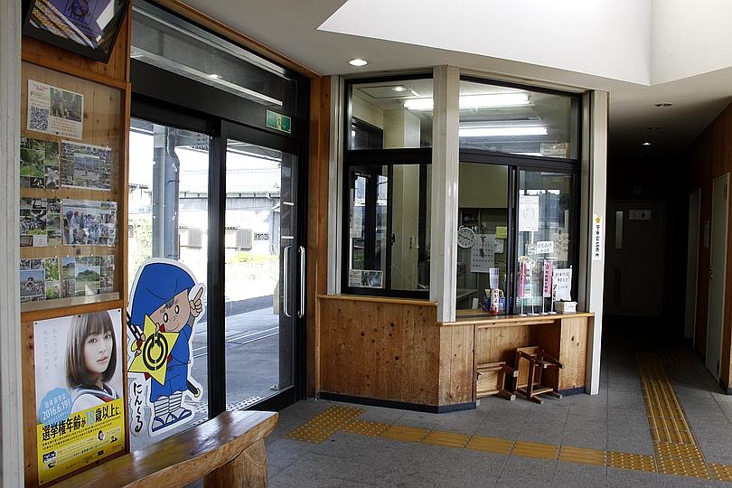 油日站车站值班室与通往站台的门口