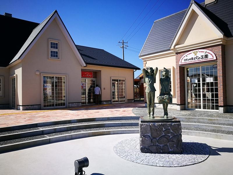 过桥不远,建有一条米花商业街。这是工藤新一和毛利兰的青铜像