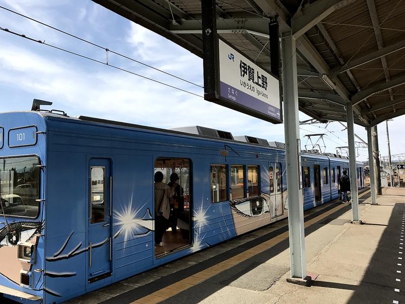 停靠在伊贺上野站1号站台的蓝色涂装忍者列车