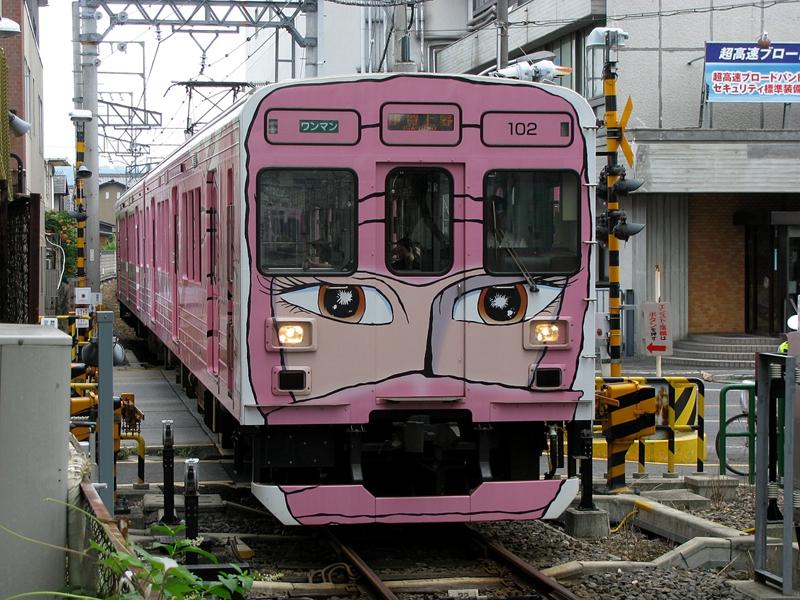 一列在上野市站车库折返途中的粉色忍者列车