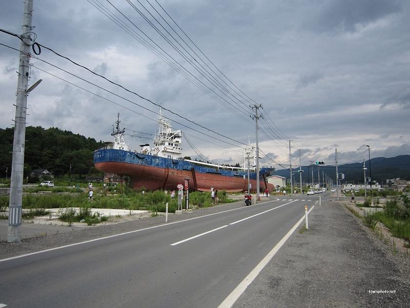 东日本大地震中被冲到岸上的轮船