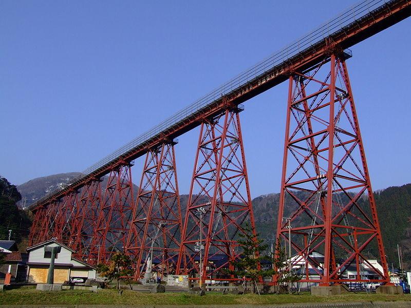 原全身朱红色涂漆的余部铁桥