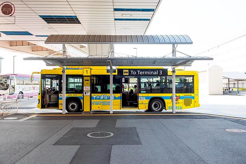 一辆停靠在T2航站楼前,开往T3的免费巴士,黄色的醒目涂装
