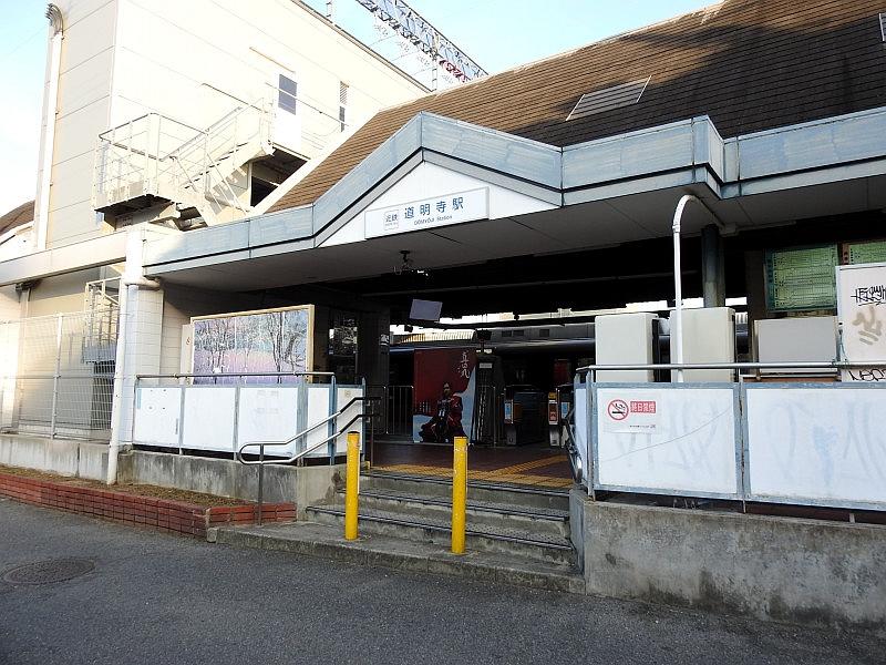 朝西开口的道明寺站入口,仿古的尖顶造型
