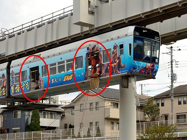 等待救援人员的救援从列车侧门逃生