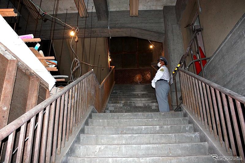 锈迹斑驳的原站内步梯