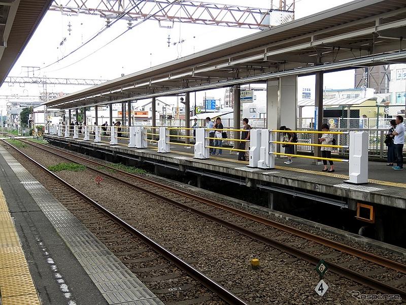 从下行站台看试验中的升降式站台门全景