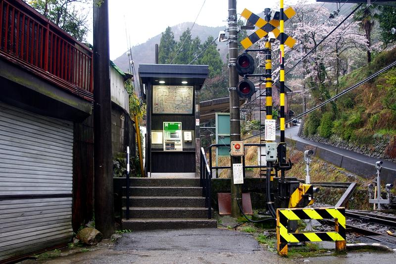 车站入口处的自动售票机与顶部的线路图