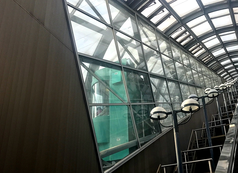 扶手电梯两侧的斜行电梯