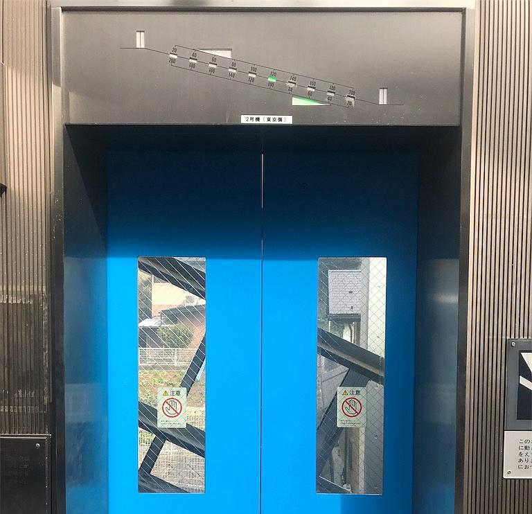 蓝色的斜行电梯门