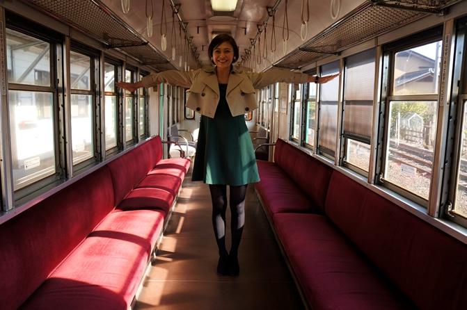 在列车中间张开双臂几乎就能触碰到两边的车厢