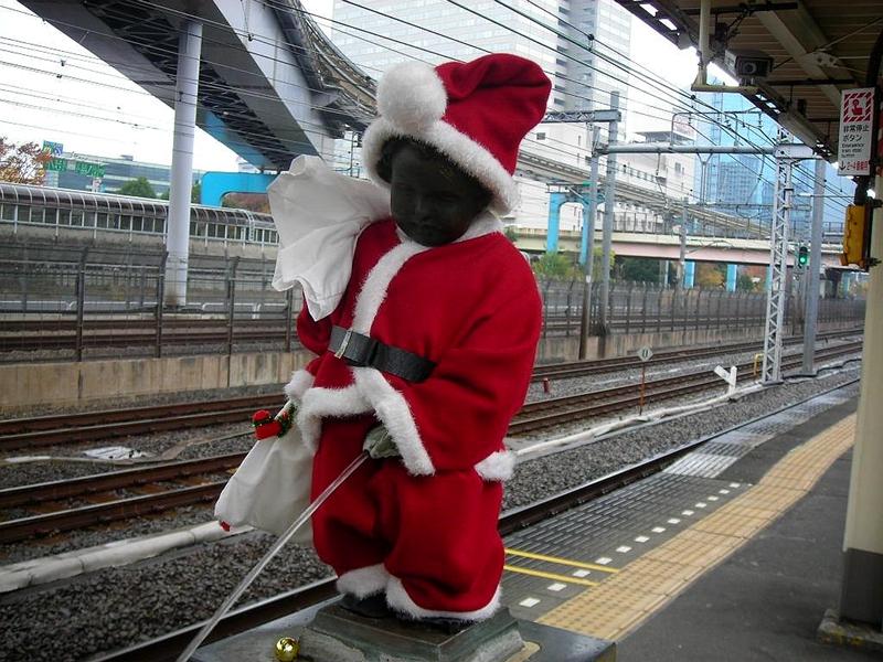 一身圣诞装扮的小童