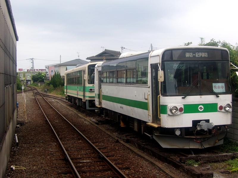 停靠在纪伊御坊站待避线上的キテツ2号和KR205号