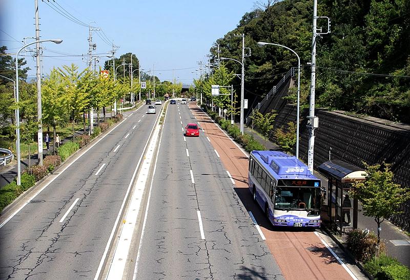 行走在普通市政道路上的名古屋导轨巴士