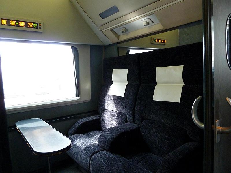 长野电铁2100系列车1号车厢头部的四人包间坐席