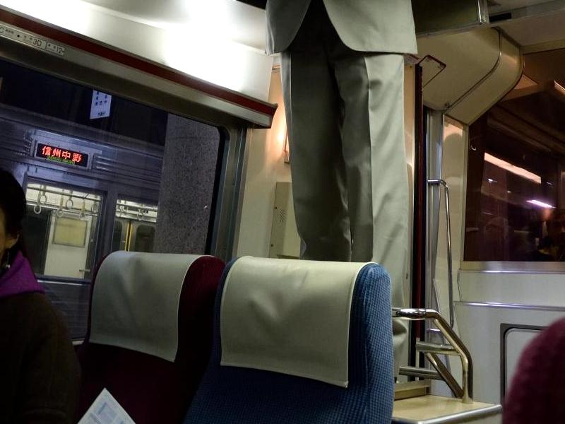 1000系列车的驾驶员需要爬上位于顶部的列车驾驶室