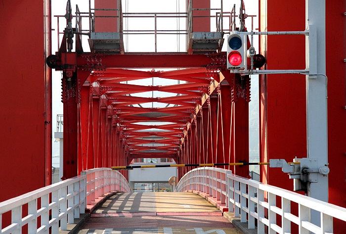 中间的桁架即将升起前的本渡濑户行人桥