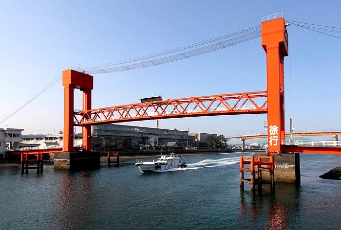 中间的可动桁架已经完全升起的本渡濑户行人桥