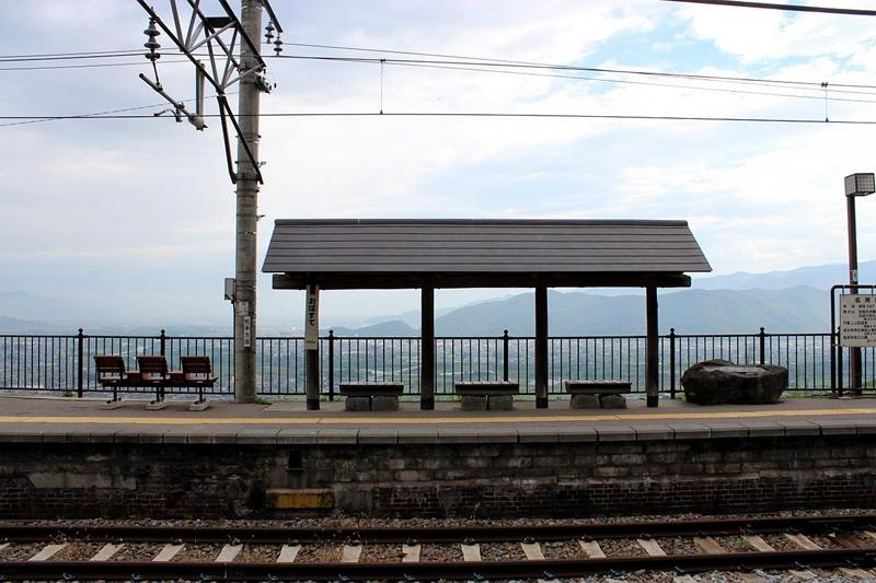 1号站台上的遮阳小亭、游人休憩的长椅与小凳