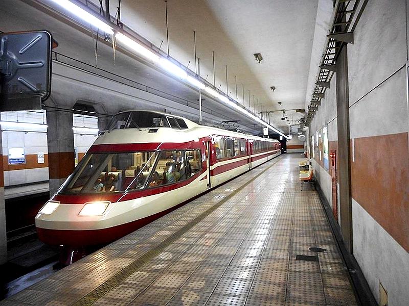 长野电铁橙色涂装的权堂地下站