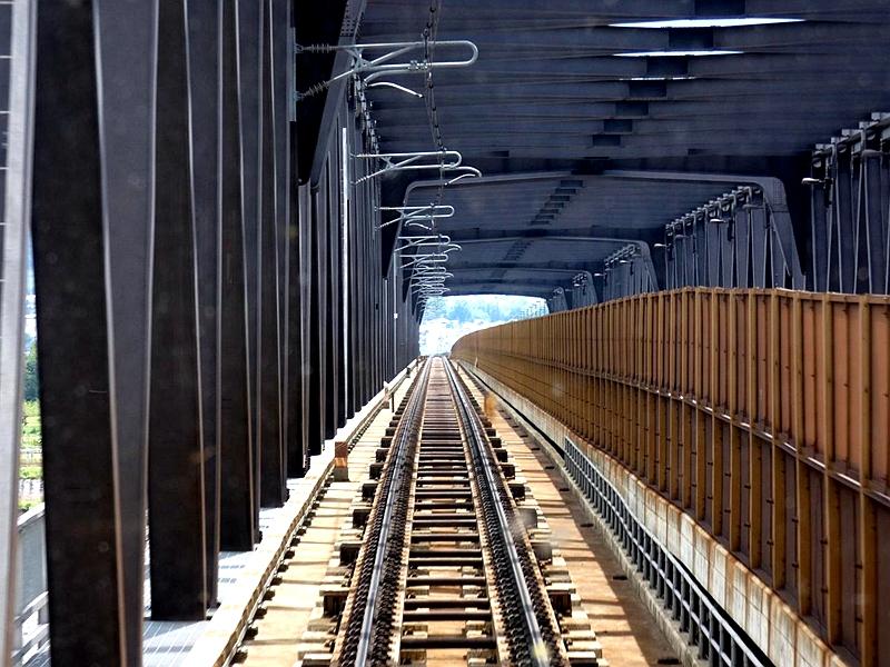 长野电铁在村山站附近途经的公铁两用桥