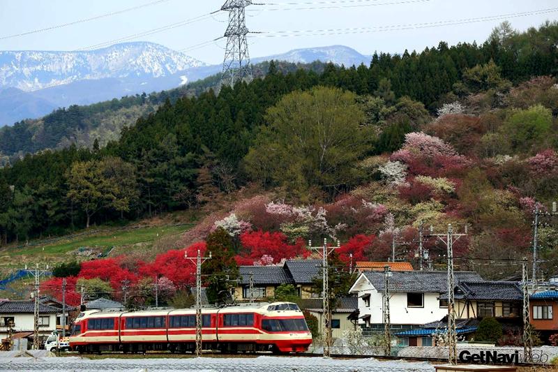 在樱泽附近行走的ゆけむり号观光特急列车