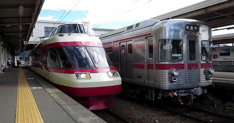 停靠在信州中野站的ゆけむり号列车和3500系列车