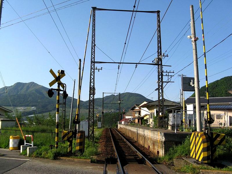 长野电铁1面1线结构的上条站以及站前的平交道