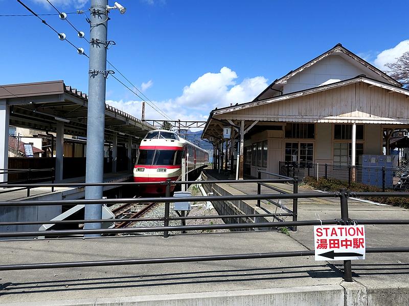 长野电铁终点港湾式2面1线结构的汤田中站