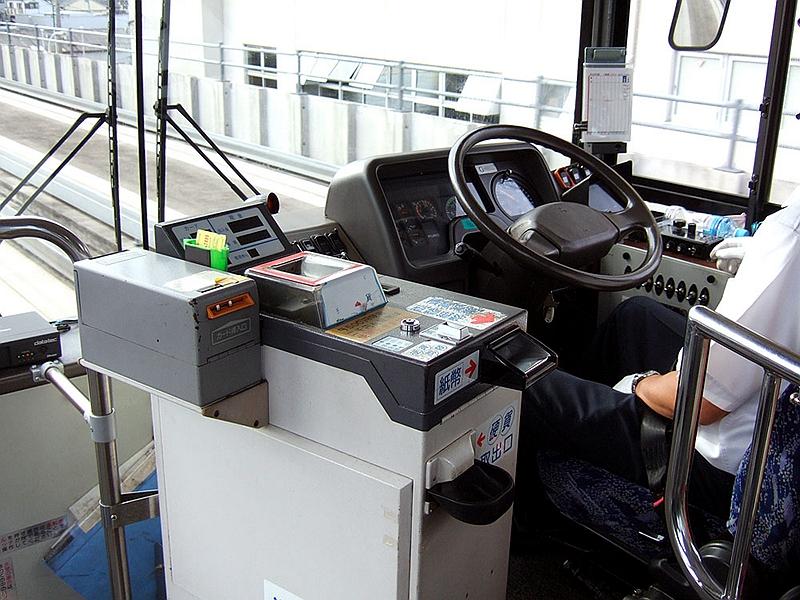高架段上自动行驶的名古屋导轨巴士车辆