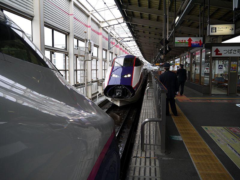 停靠在福岛站,即将进行重联的列车
