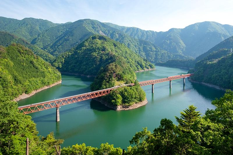 从观景平台俯瞰奥大井湖上站