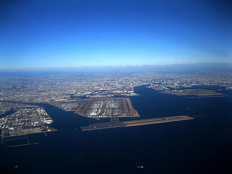 从东南侧空中俯瞰羽田机场
