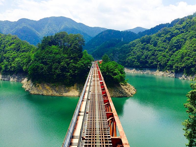 从东北侧井川方向隧道口上回看美丽的奥大井湖上站