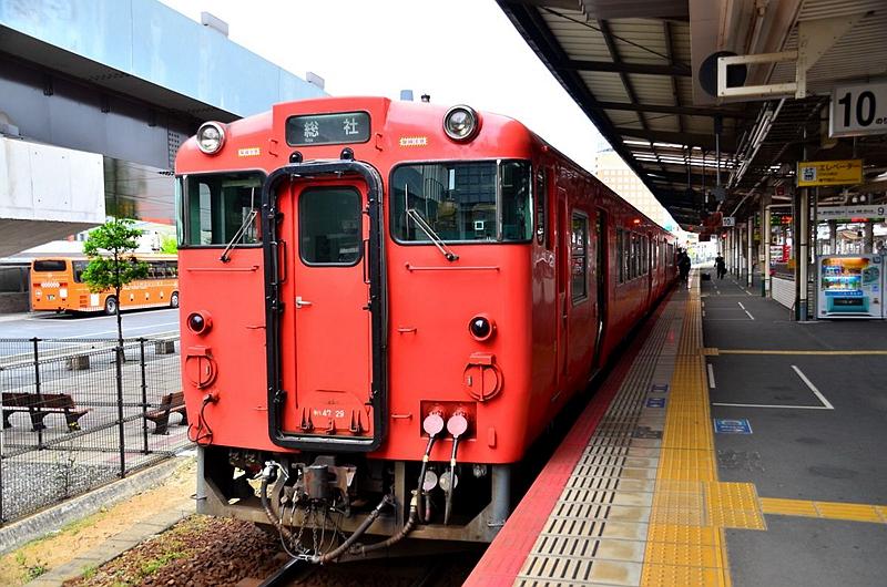 停靠在冈山10号站台的キハ47列车