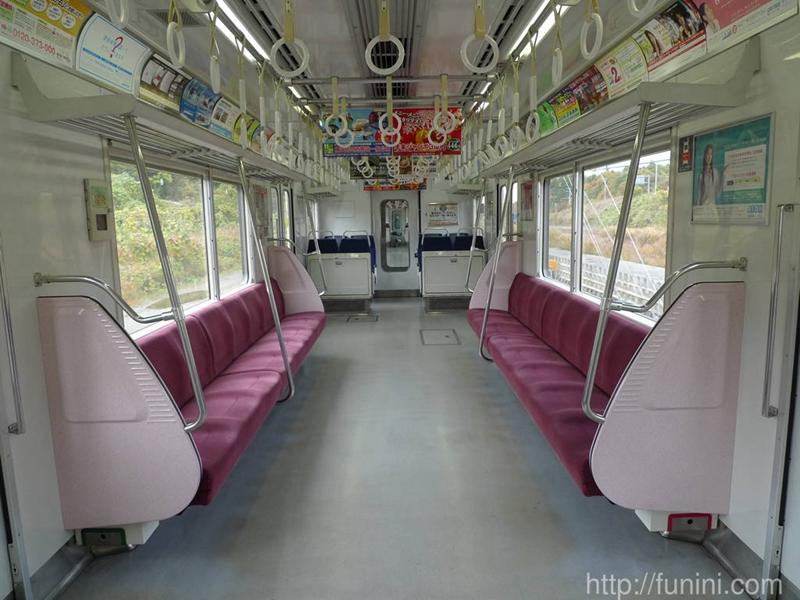 京急600型列车内部的竖排长椅区间