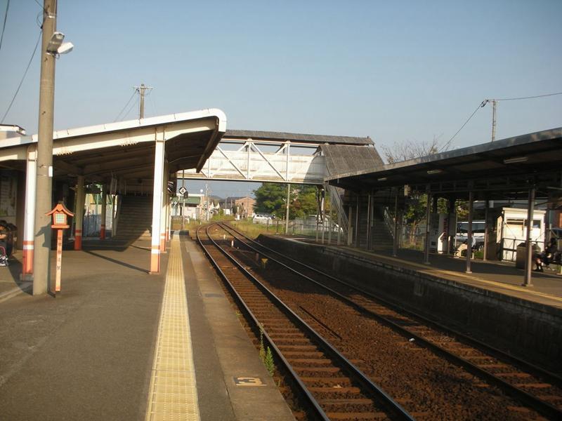 从开往总社方向的2号站台看备中高松站与跨线桥