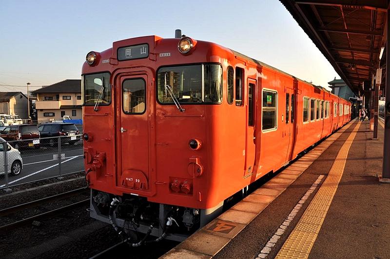 停靠在总社站1号站台,准备出发开往冈山的キハ47列车