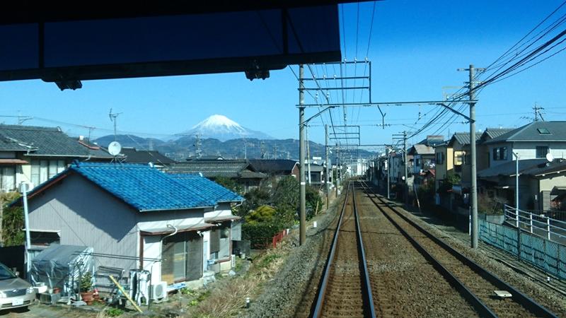 从行驶的列车车窗里远眺富士山